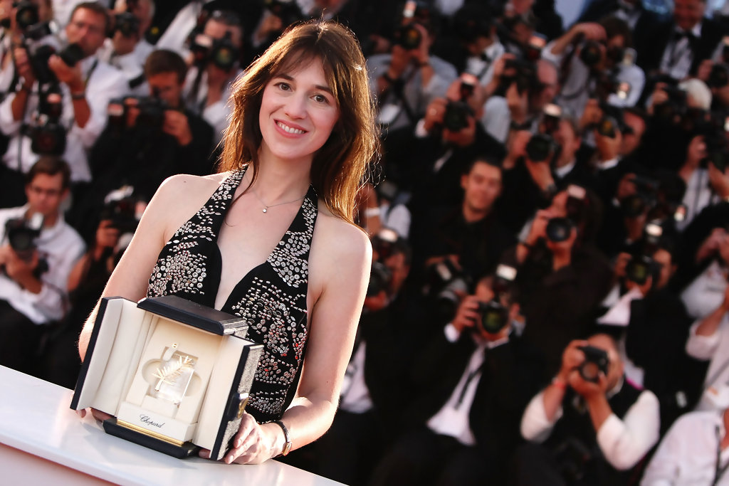 Charlotte Gainsbourg pose avec sa Palme du Prix d'interprétation féminine au 62ème festival de Cannes. Photo de Sean Gallup/Getty Images Europe