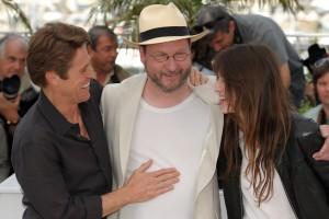 """Charlotte Gainsbourg, Willen Dafoe et Lars Von Trier au photocall pour """"Antichrist"""" de Lars Von Trier le 18 mai 2009. Photo de FlynetPictures.com."""