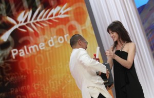 "Charlotte Gainsbourg remet la Palme d'or à Apichatpong Weerasethakul pour le film ""Uncle Boonmee Who Can Recall His Past Lives"" le 23 mai 2010 au 63ème Festival de Cannes. Photo : Sean Gallup/Getty Images Europe."