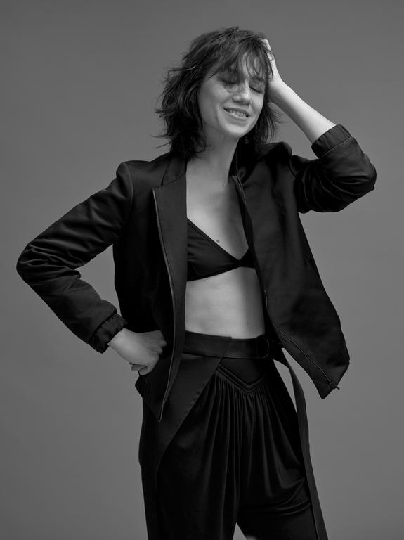 Charlotte noir intime Blouson bomber brodé en polyester, Gerard Darel, pantalon noir en coton mélangé, froncé à la taille, Louis Vuitton. Soutien-gorge personnel.