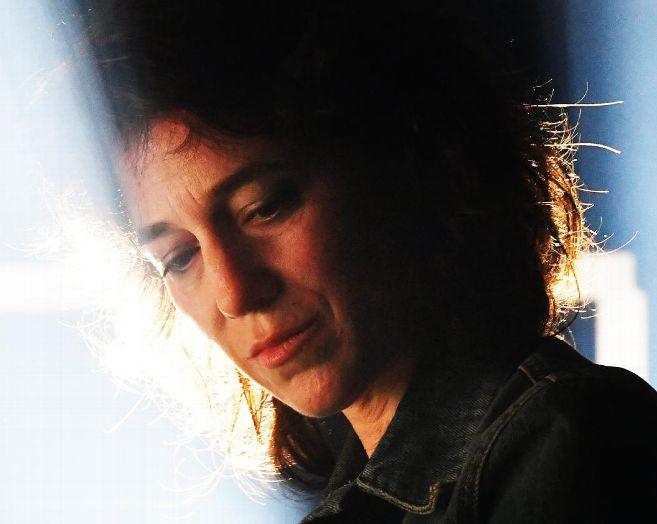Charlotte Gainsbourg sur la scène de la Coopérative de Mai entre ombre et lumière. © photo jean-Louis Gorce